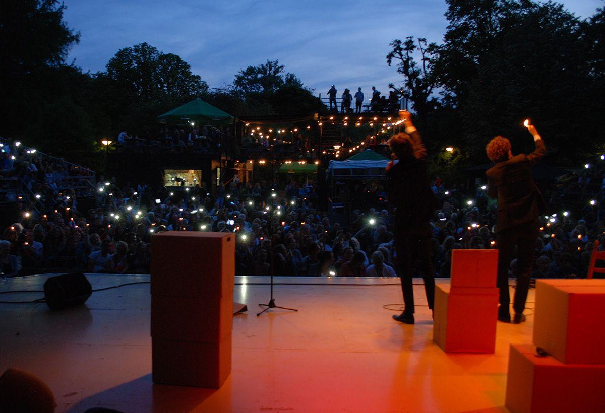Cabaret van De Partizanen tijdens één van de vele zwoele zomeravonden.
