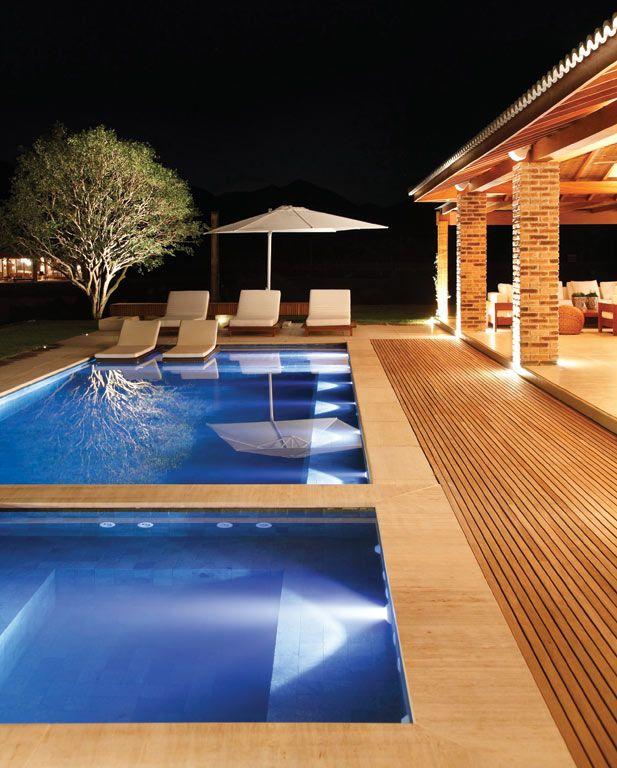 Jardins e piscinas no foco da ilumina o piscina for Foco piscina