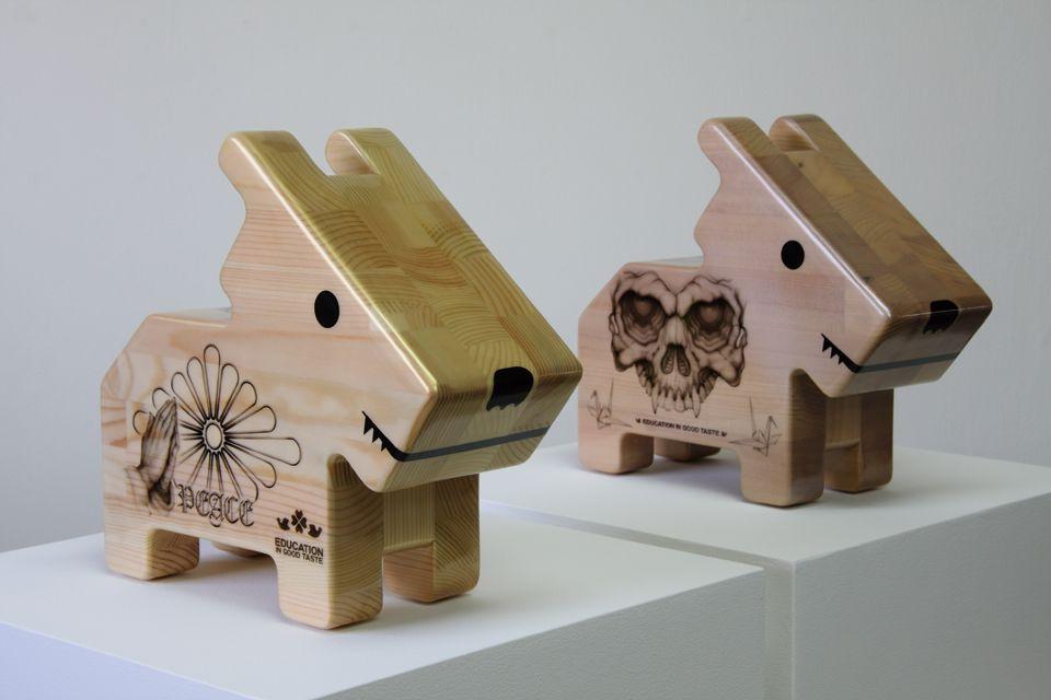 「情操教育シリーズ 角犬 [ 祈り ] [ 爆弾 ]」/ ''Education in good taste series Square dog [ Prayer ] [ Bombs ]'', 2010, Wood based sculpture by Akira Yoshida