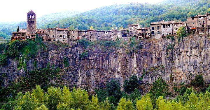 Pueblos Y Ciudades De Catalunya Castell Follit De La Roca Viajes En Autocaravana Lugares Para Visitar Paisaje Rocoso