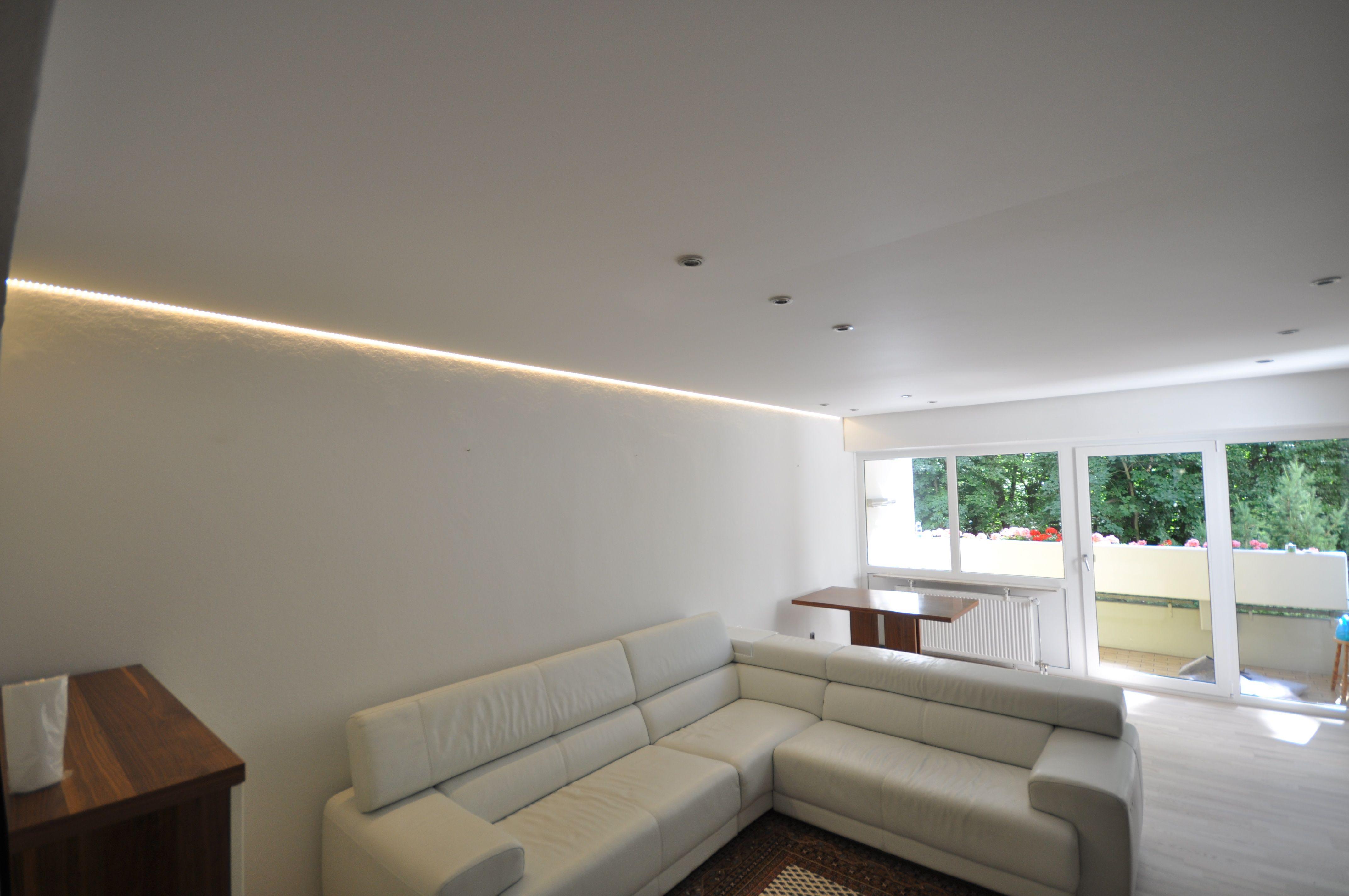 Spanndecken in matt wei mit LED Einbaustrahlern und LED Band in der Schattenfuge spanndecke