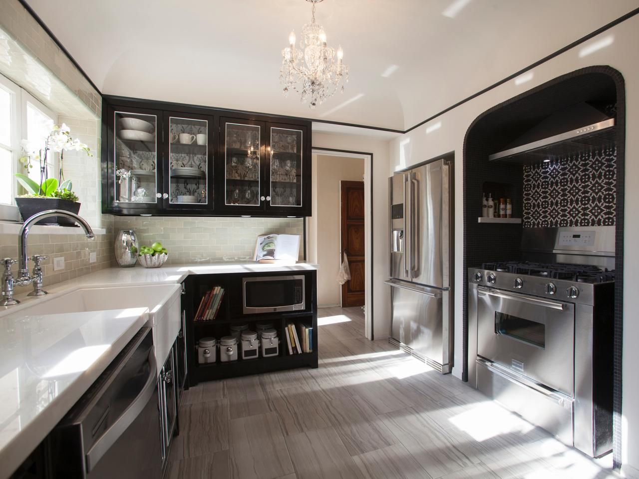 25 amazing room makeovers from hgtv 39 s house hunters renovation black cabinet - Amazing beautiful kitchen rooms ...