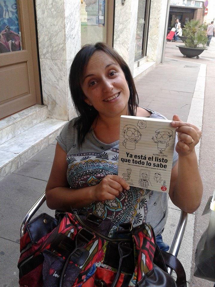 Sandra González con el libro #YaEstáElListoQueTodoLoSabe