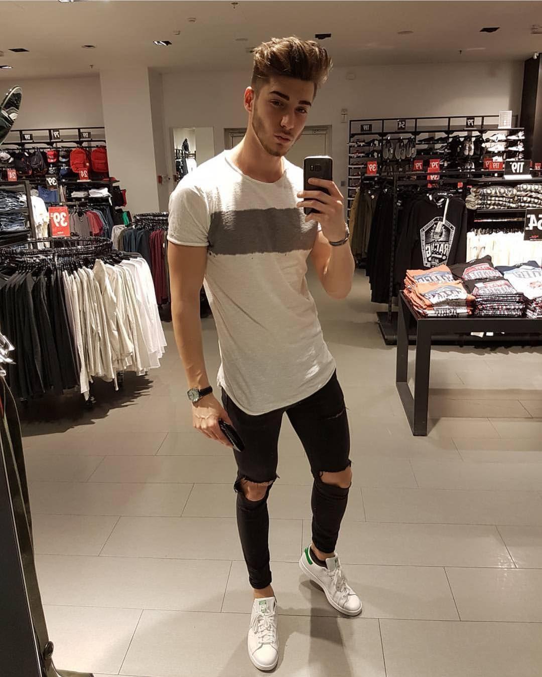 Camiseta + calça jeans preta rasgada + tênis Adidas Stan Smith - via Avant  Style ( avantstyle) on Instagram c25285a9ac509