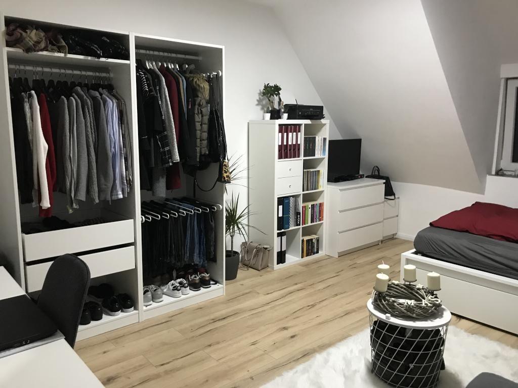 Sehr ordentliche offene Garderobe sowie Bücherregal. #Garderobe ...
