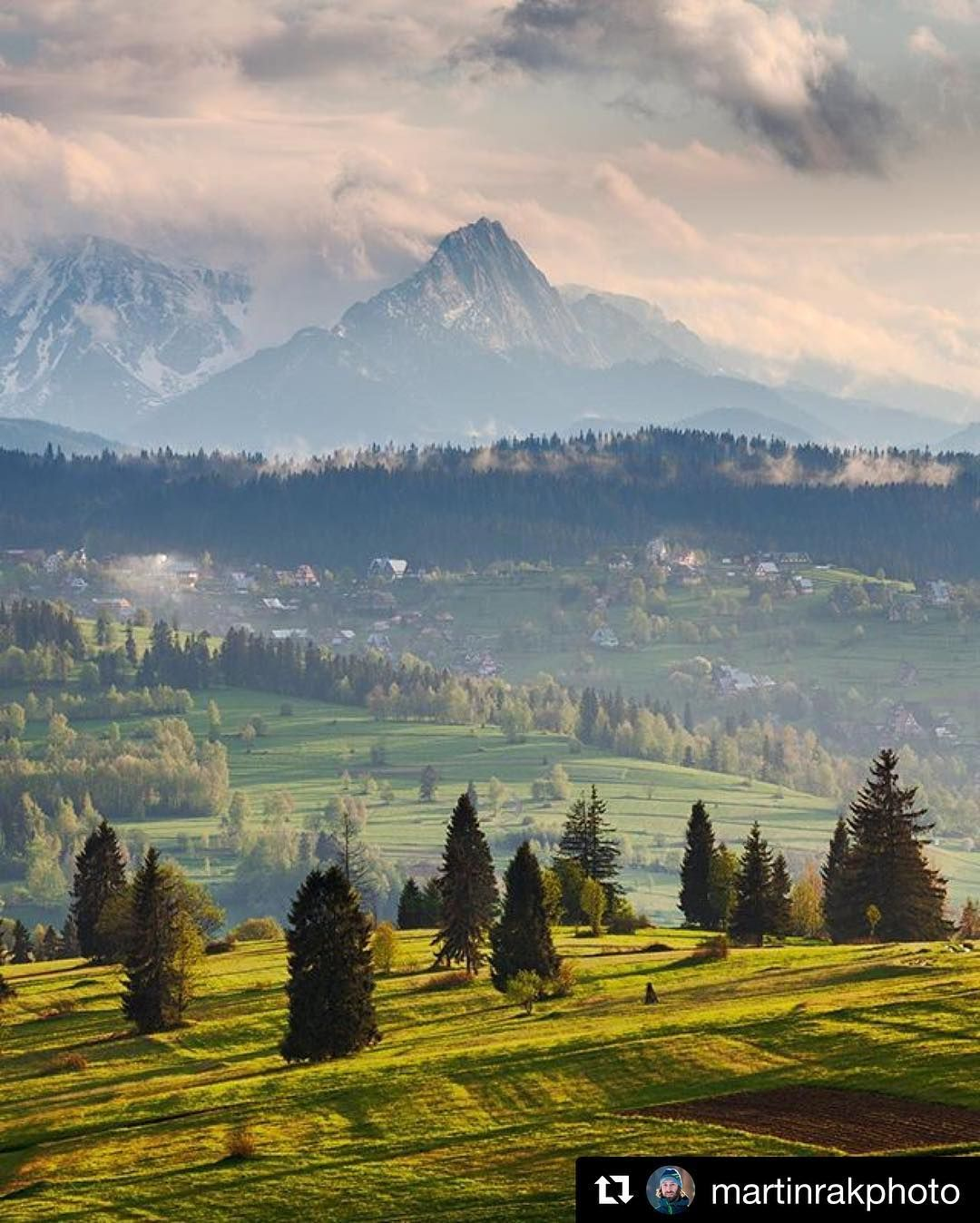Naše krásne #slovensko  #praveslovenske od @martinrakphoto  Spring view of the Tatras  #slovakia #mountains #hills #trees #forest #nature #landscape #tatry #tatramountains