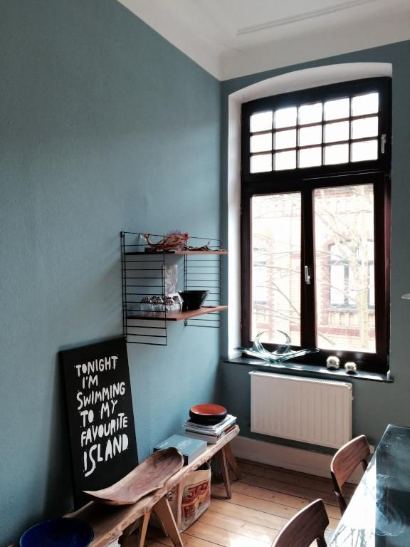 Schöne Altbauwohnung mit rauchblauer Wandfarbe, Holzdielen, hohen