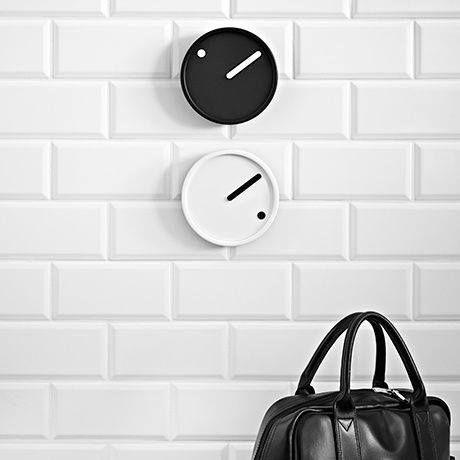 Schlicht, minimalistisch und klar übersichtlich ist das Zifferblatt der 'Picto' Wanduhr: Allerdings fehlen die Ziffern. Das Zifferblatt selbst dreht sich nämlich und zwar um einen Fixpunkt, der die jeweilige Stunde anzeigt. Hier entdecken und kaufen: http://sturbock.me/x2i