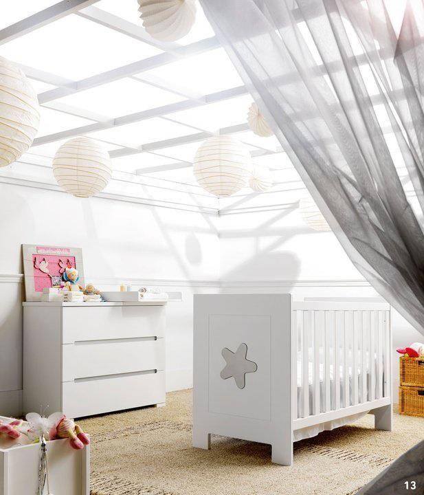 chambre b b douce et po tique la multiplication des suspensions japonaises blanches est. Black Bedroom Furniture Sets. Home Design Ideas