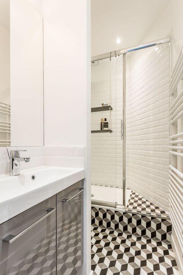 Petite salle d\u0027eau  des aménagements bien pensés Bathroom - chauffage d appoint pour appartement