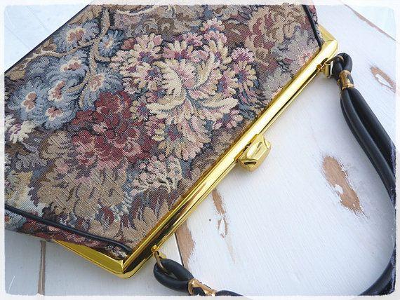Dimension parfaite pour ce joli sac en tapisserie dans les tons de brun, rosé et bleu-gris. Motif de paysage avec feuillages. Structure en