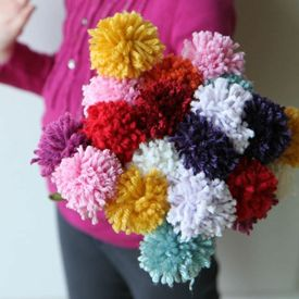 Fill A Vase With Pom Pom Flowers For A Sweet Gift With This Easy Tutorial How To Make A Pom Pom Yarn Pom Pom Pom Pom Flowers