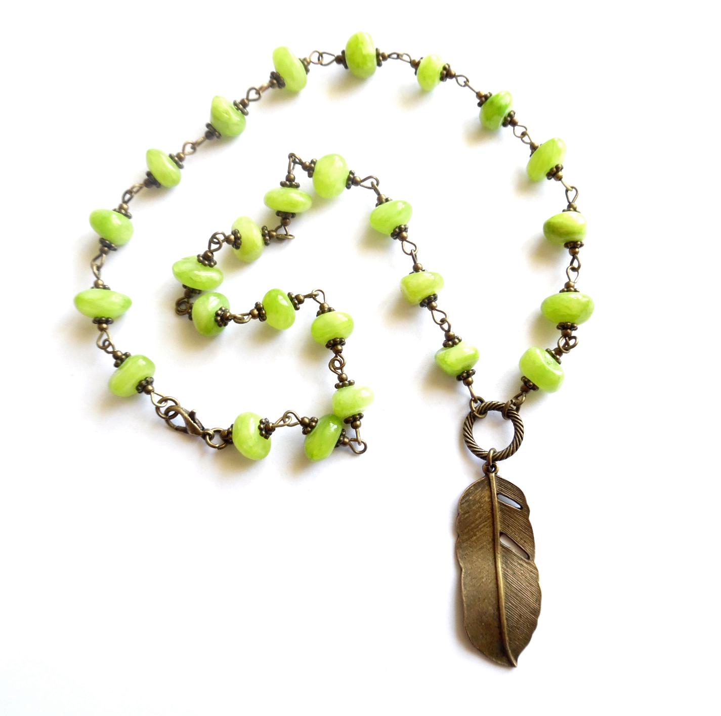 Halsband i brons med grön jade.  Längd: 48cm