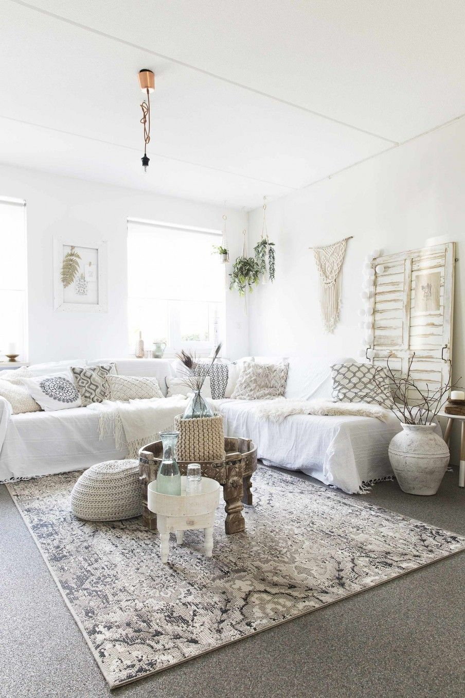 Witte woonkamer met bohemian stijl | White living room with bohemian ...
