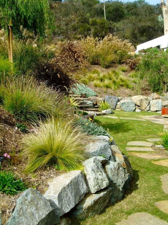 hanggarten gestalten terrassierung bruchsteine stützmauer - gartenwege anlegen kies