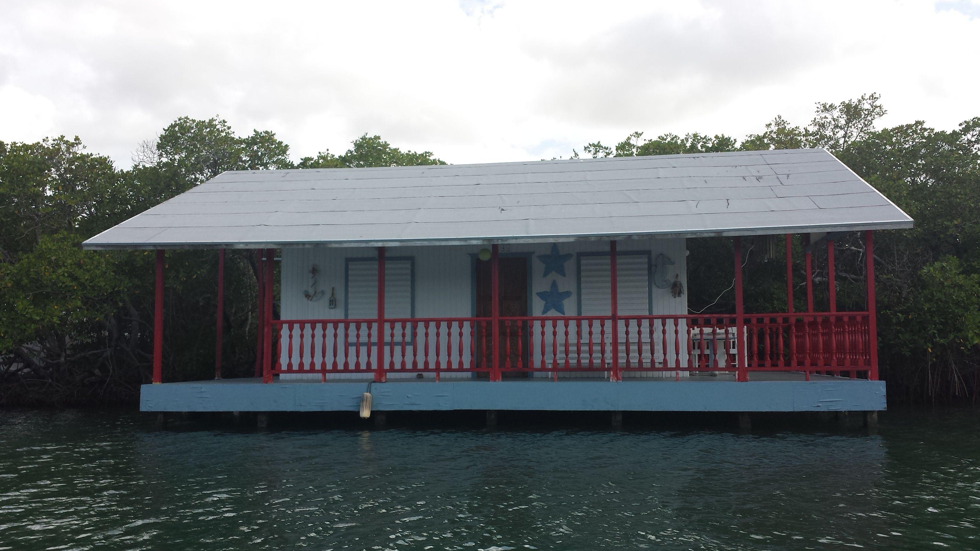 Casa azul montada en pilotes @ La Parguera