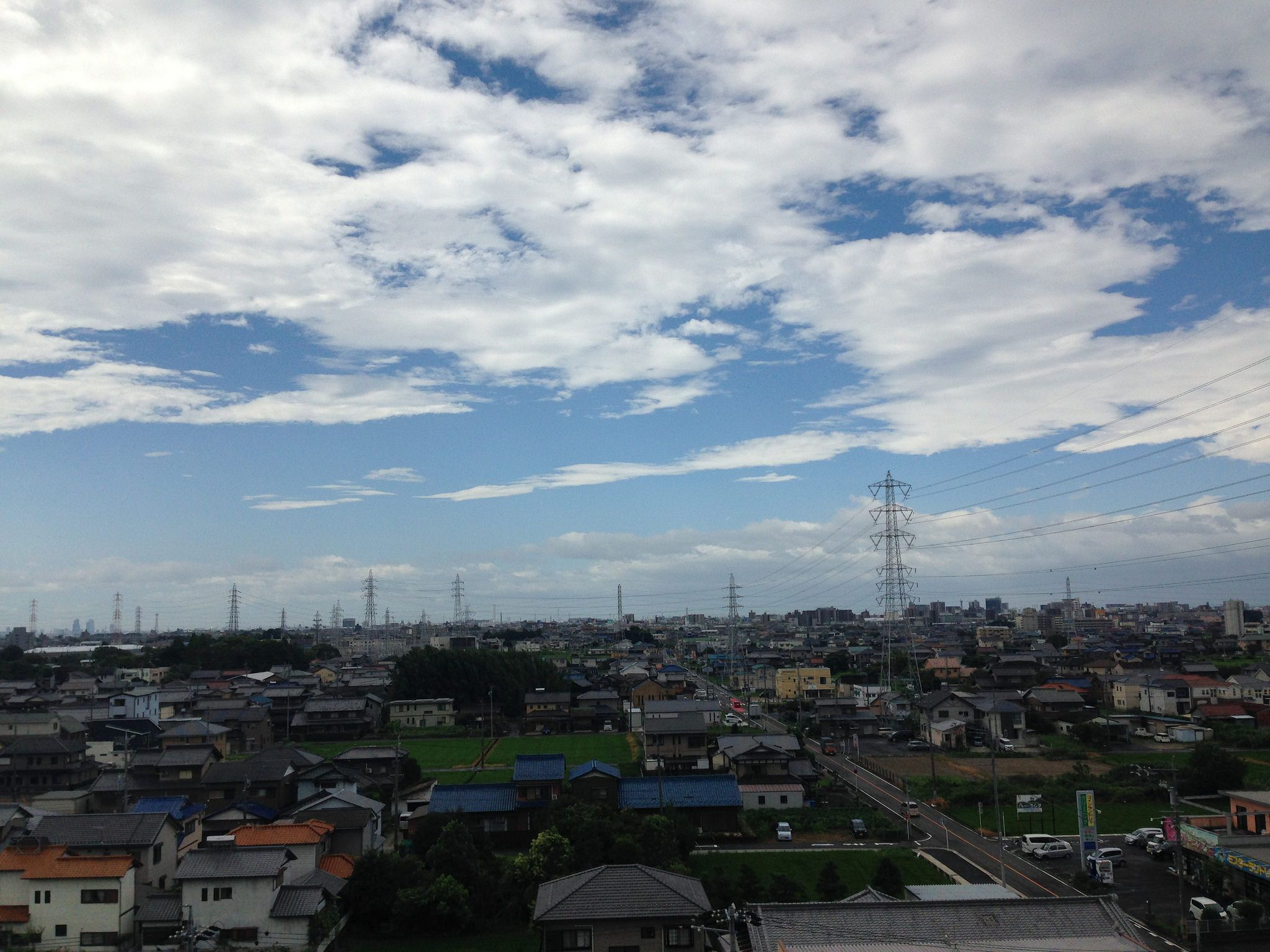 https://flic.kr/p/XjiWA2 | 台風が通り過ぎた後の朝。 02 | 南側の窓から外を望むとさわやかな空が広がっていたが 振り向くと、北側はまだ昨日の朝の様に灰色の雲に覆われていた。 まだまだ、台風の影響から抜けきらない朝でした。  幸い、私の周りは何事も無く、台風は過ぎていったが、 被害にあわれた方、心よりお見舞い申し上げます。