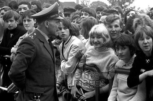 Polizist und Fans Hermann Schröer/Timeline Images 1965