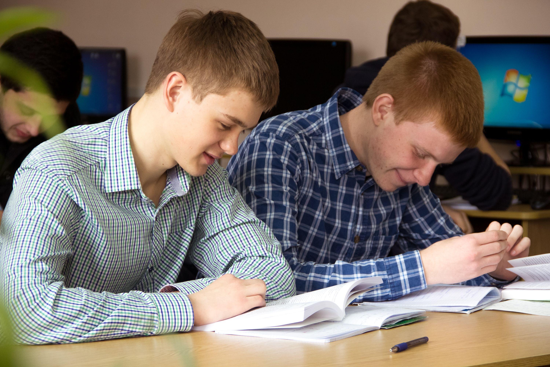 Студенти за навчанням. Абонемент наукових видань.