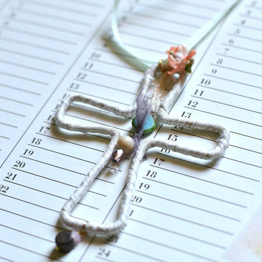 Collar colgante cruz marfil, cruz de alambre forrado, collar Primera Comunión de funghi en Etsy https://www.etsy.com/es/listing/231060165/collar-colgante-cruz-marfil-cruz-de