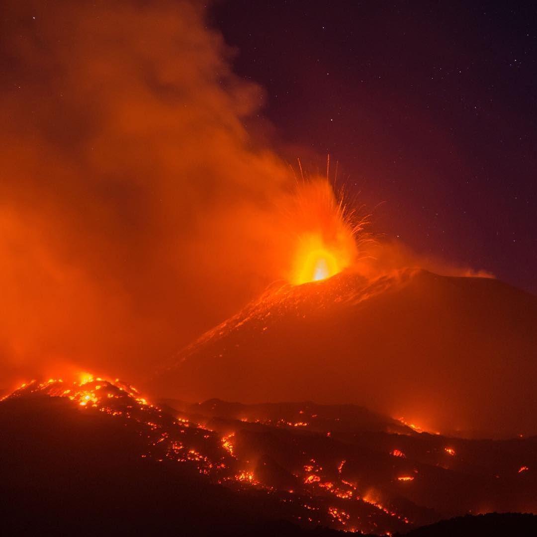 ثار بركان جبل إتنا في ايطاليا هذا الأسبوع ناثرا حممه مئات الامتار وتصاعد منه عمود ضخم من الدخان فوق جزيرة صقلية بجنوب ايطاليا جب Instagram Instagram Posts Mar