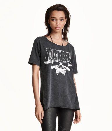 T-Shirt aus weichem, gewaschenem Jersey mit Frontdruck. Modell mit etwas weiterem Halsausschnitt, verdrehten Seitennähten und etwas längerem Rückenteil. Offene Rollsäume an Halsausschnitt und Saum.