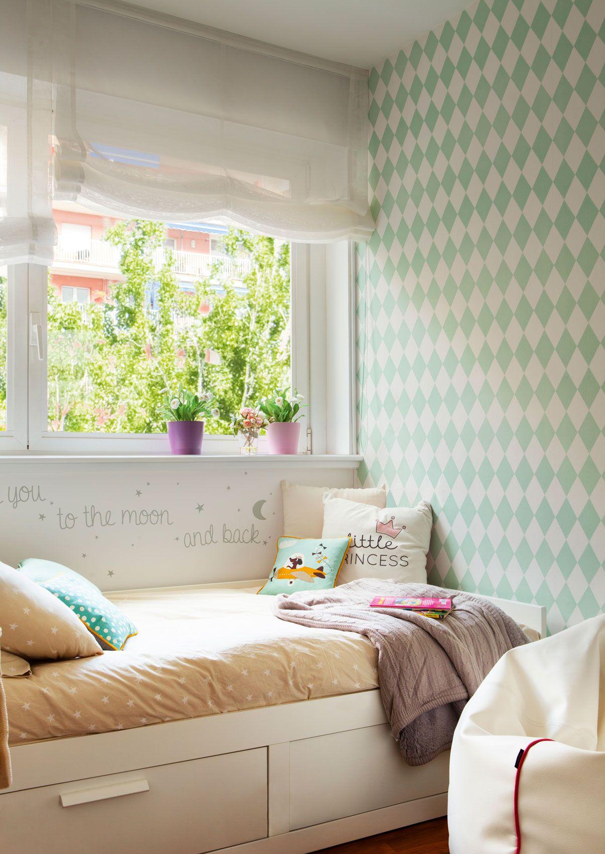 Dormitorio infantil con papel pintado de rombos y cama bajo la ...
