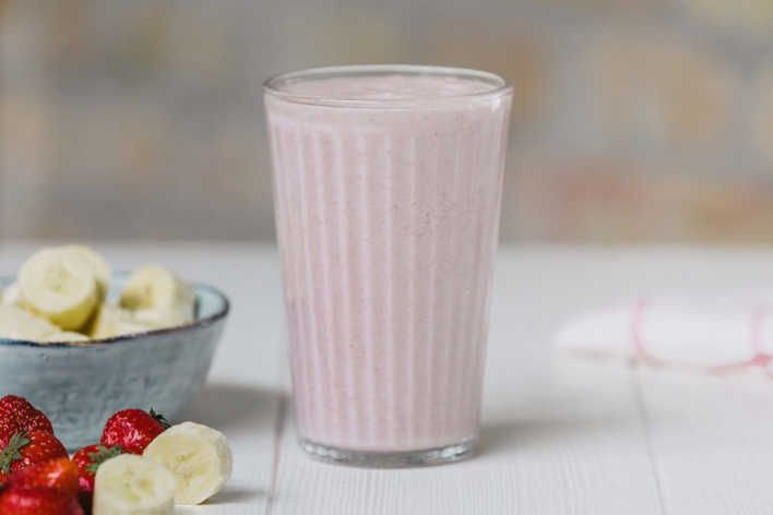 Healthy Strawberry Banana Smoothie Recipe | 8fit