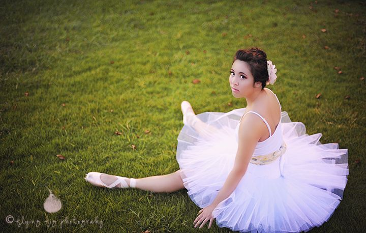 tutu and pointe shoes for senior portrait session #ballet #photography #toe  Find us on FB http://www.facebook.com/flyingfigphotography