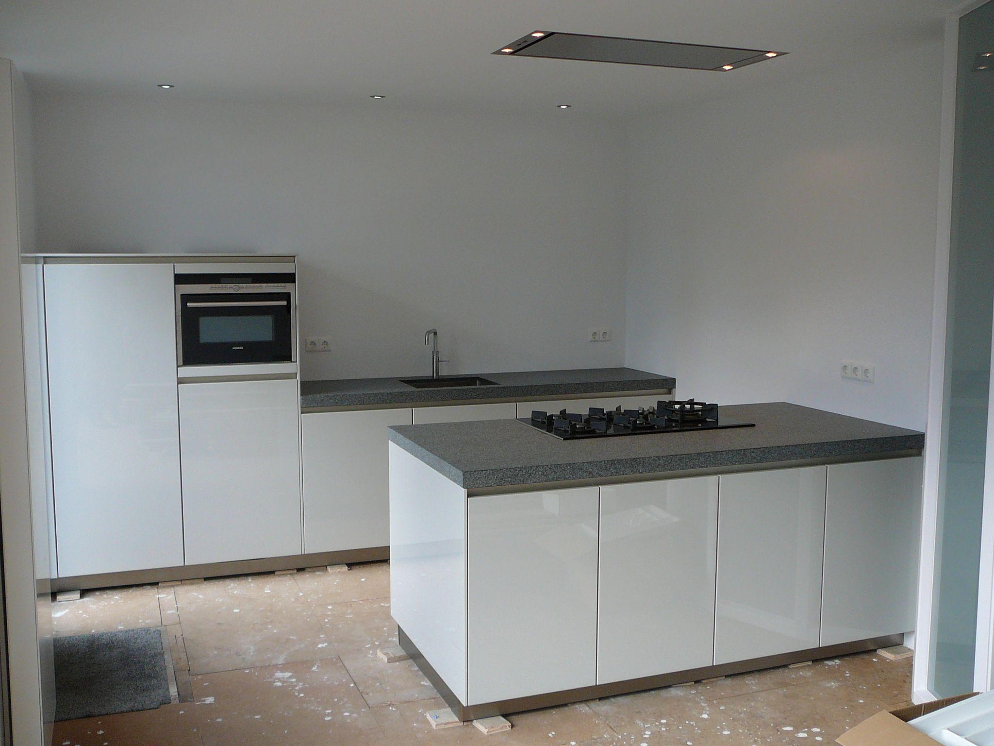 Moderne greeploze keuken met gebrand granieten werkblad — in Dongen ...