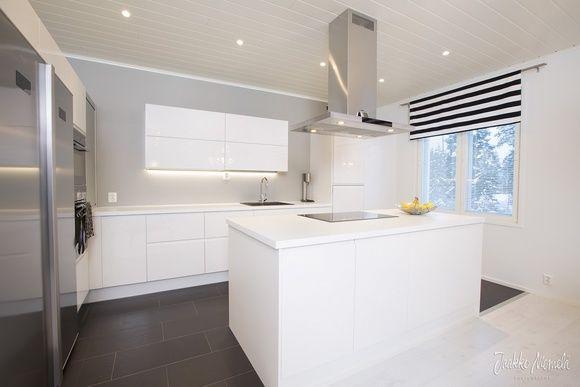 keittiö,moderni,valkoinen,ruokapöytä,keittiön kaapit