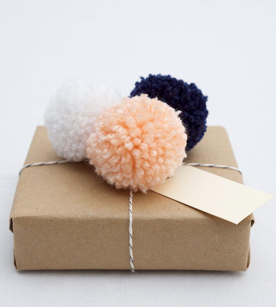 pom pom gift topper sch n verpackt pinterest geschenke geschenke verpacken und diy geschenke. Black Bedroom Furniture Sets. Home Design Ideas