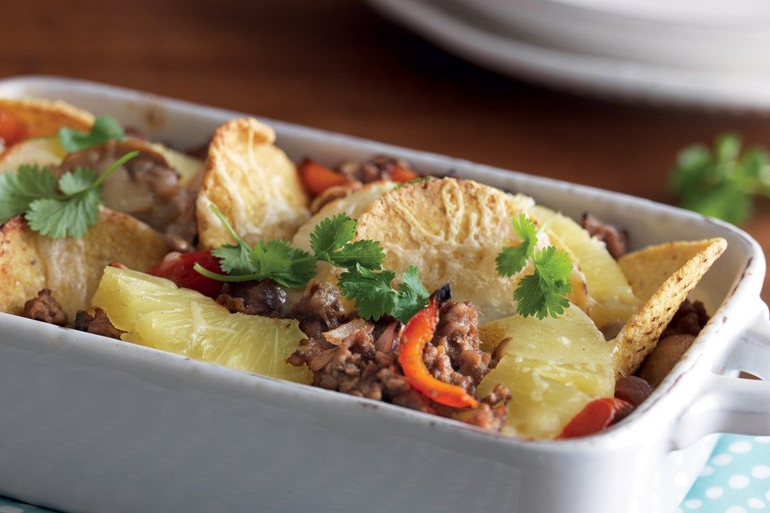 Tulinen nachogratiini jauhelihasta, tuorejuustosta ja ananaksesta sopii päivälliseksi yhdessä raikkaan salaatin kanssa.
