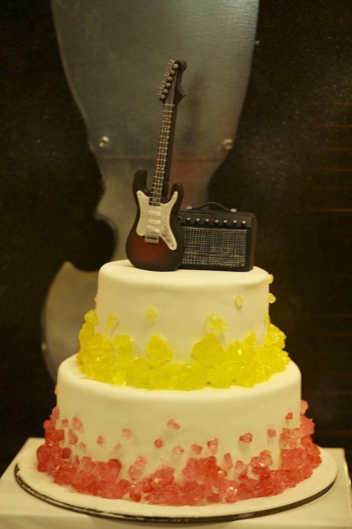 Detalhe do bolo com guitarra para festa rock\'n\'roll | festa lucas ...