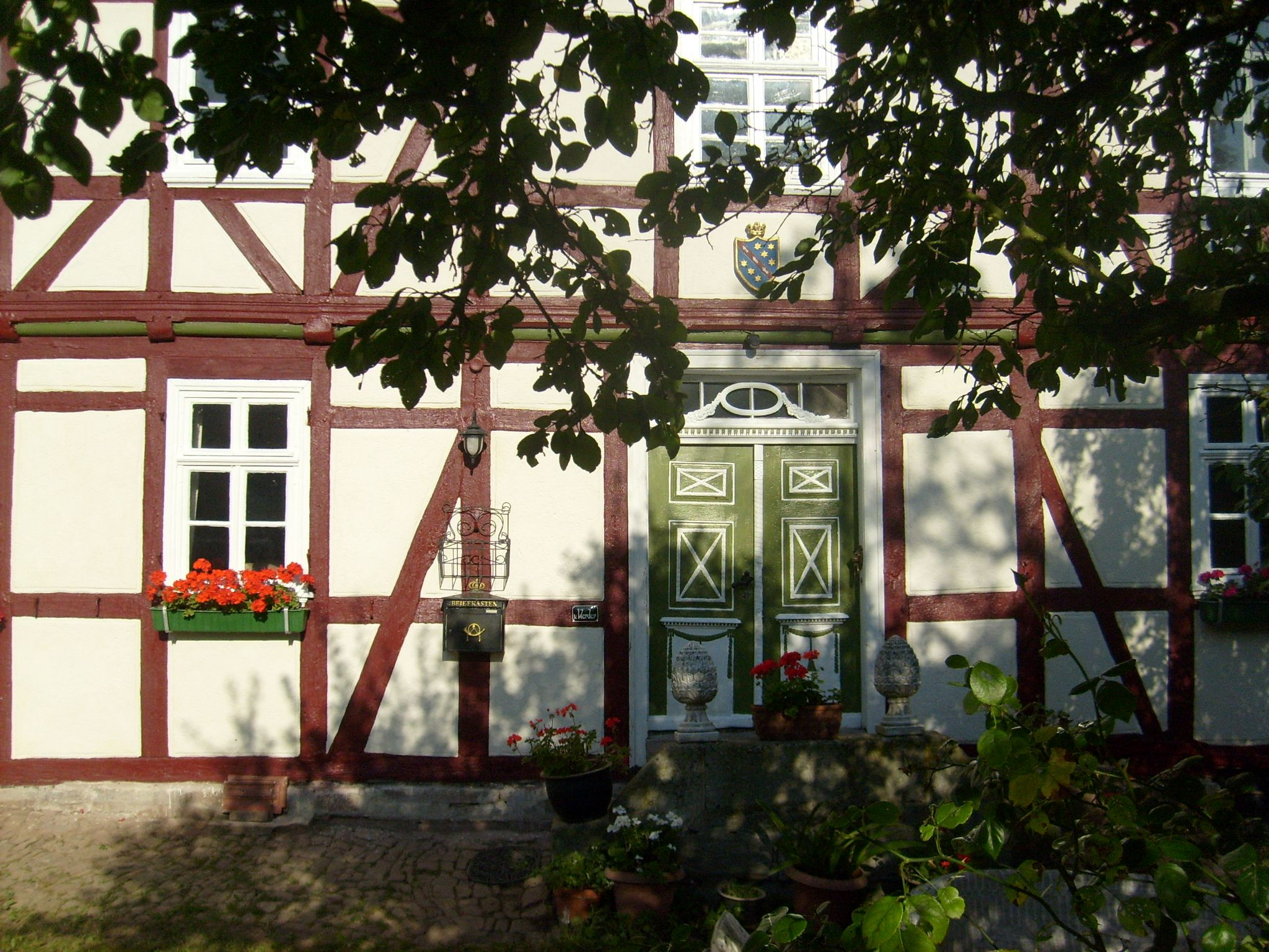 german farmhouse with neo-classical front-door | Ideen rund ums Haus ...