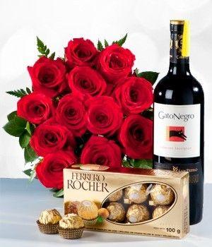 Sorprenda a ese ser especial con esta hermosa docena de rosas rojas, caja de chocolates y botella de vino tinto. Este regalo es ideal para cualquier ocasión.