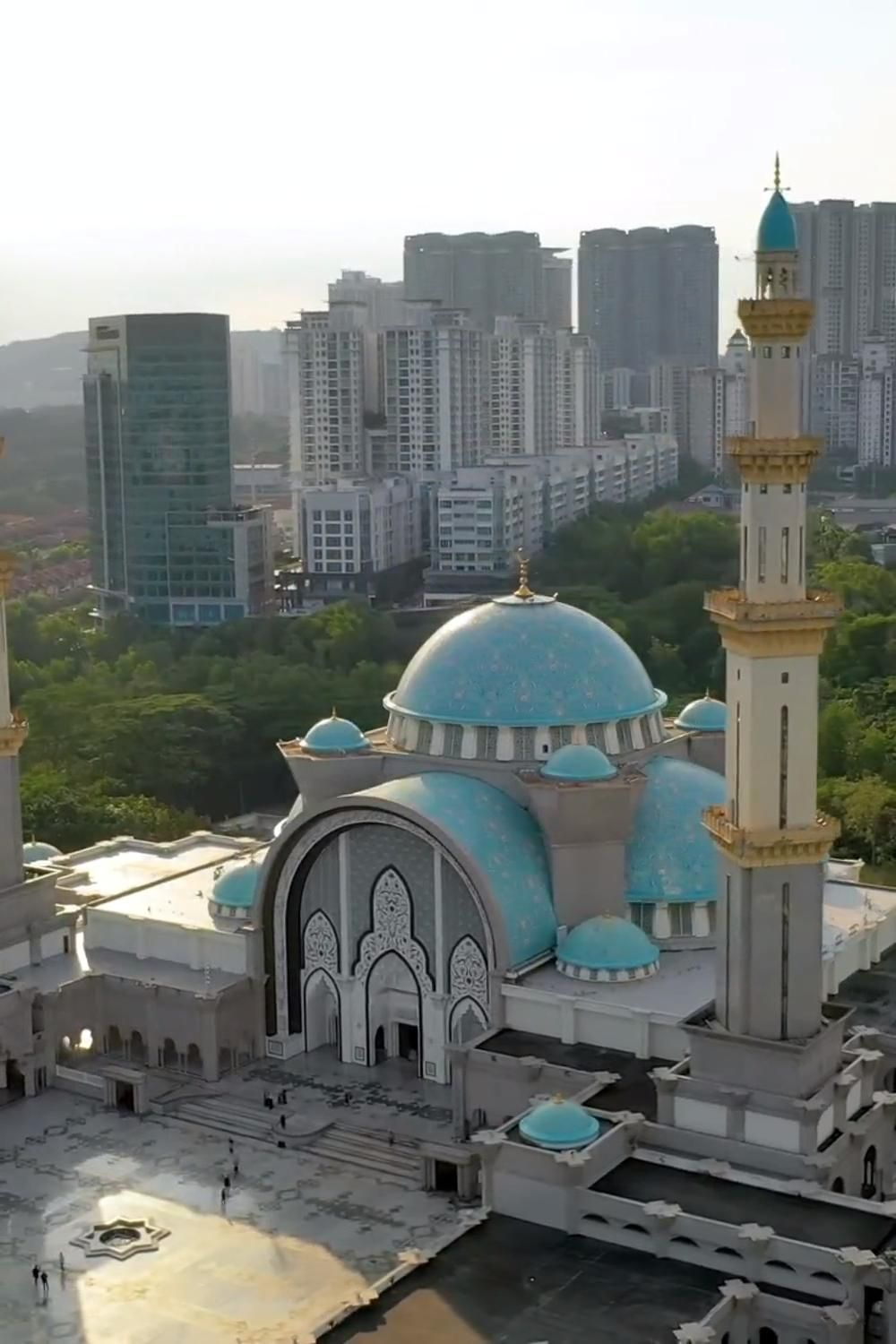 The Perfect Kuala Lumpur Itinerary For 2 Days Things To Do Places To Visit Itsallbee Solo Travel Adventure Tips Video Video In 2021 Mosque Architecture Beautiful Mosques Mosque