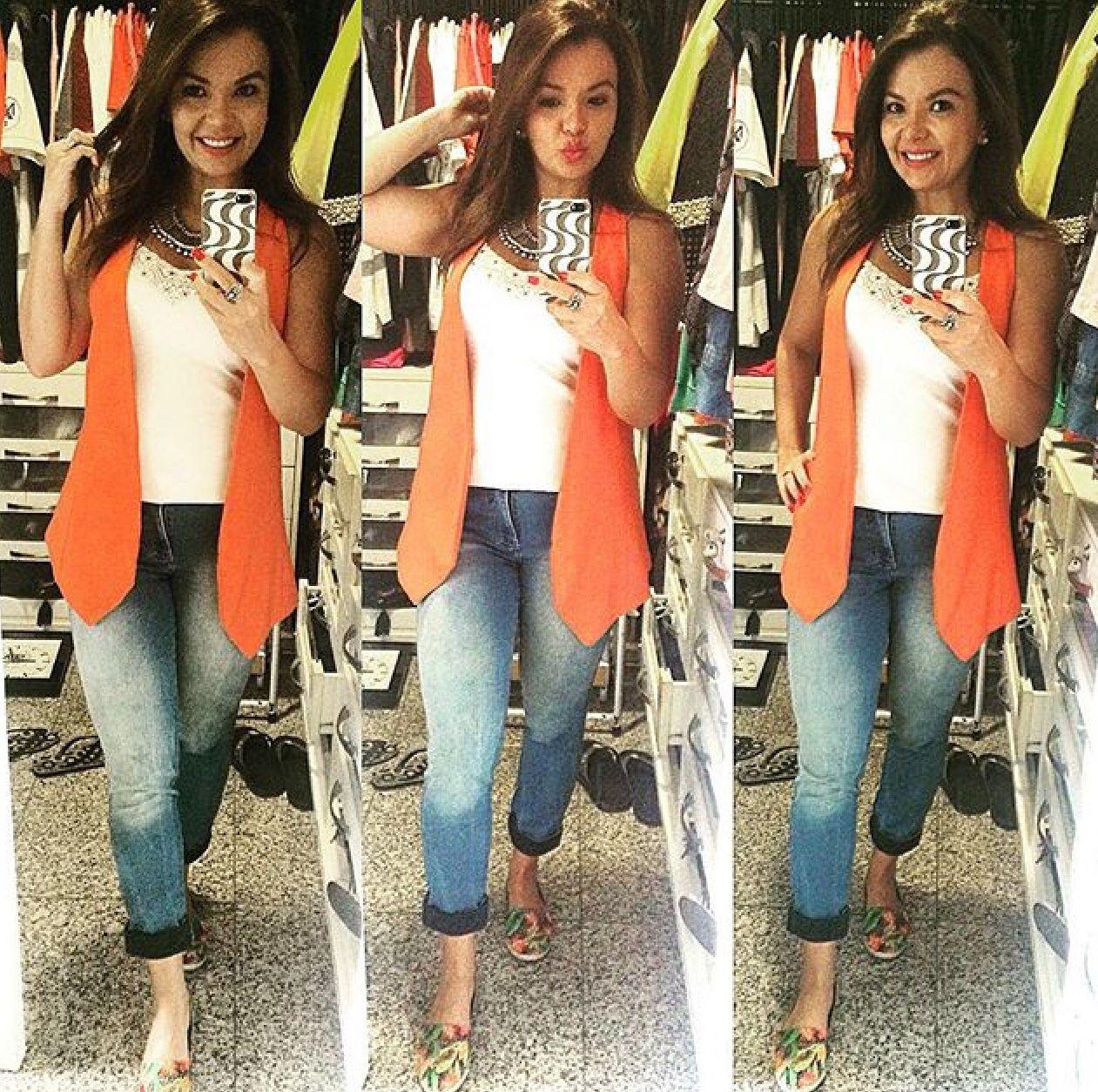 Colete, calça jeans, casual look