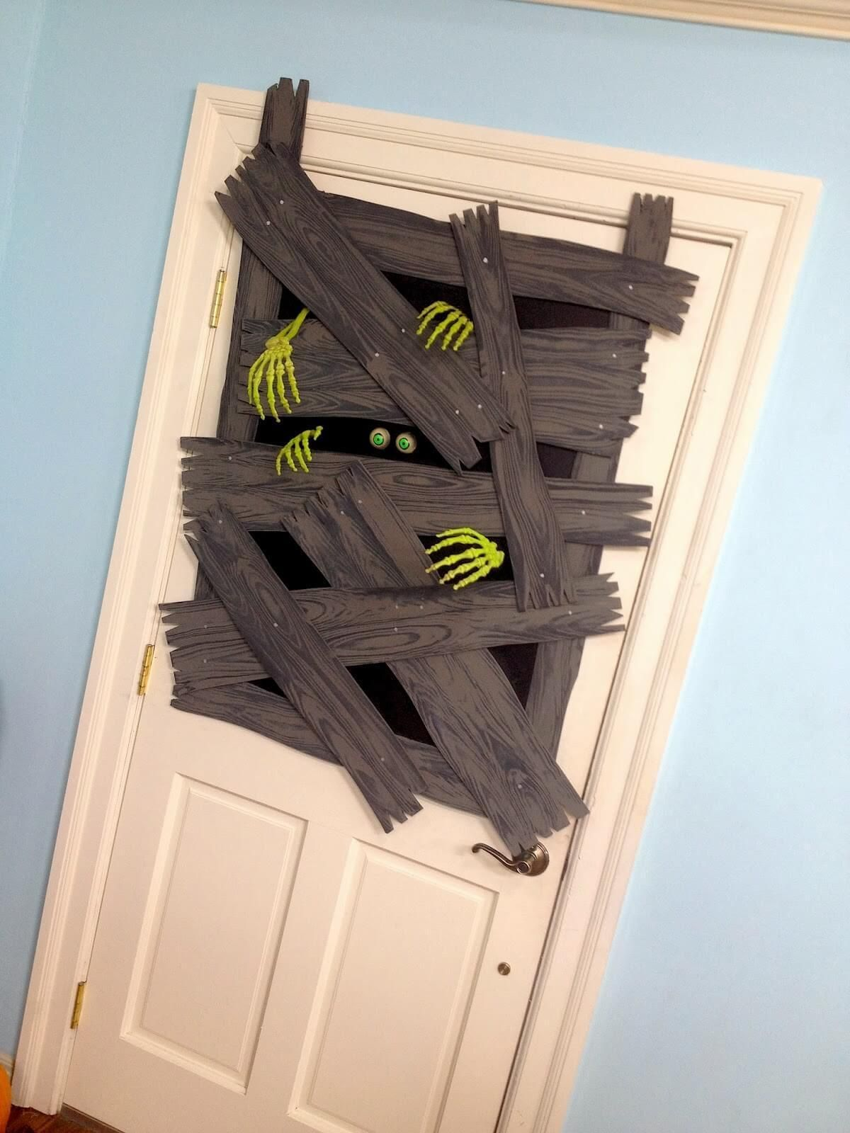 65 Awesome Halloween Front Door Decoration Ideas (SCARY) for This Fall #halloweendoordecor