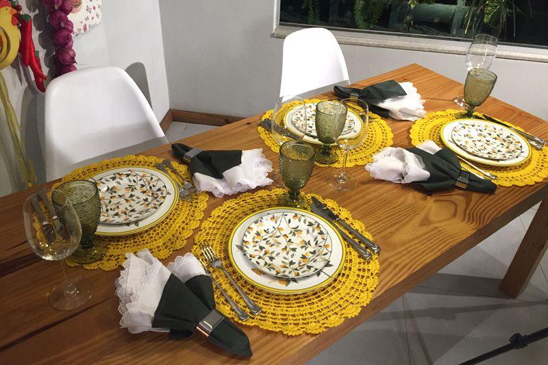 aa3deec2b Mesa posta colorida e alegre para jantar ou almoço usando jogo americano  amarelo.