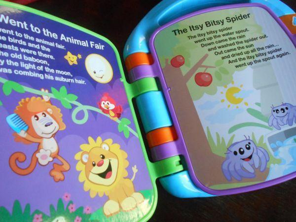 Viikolla meille kotiutui englantia opettelevien iloksi Story Book Rhymes lelu. Ennestäänhän meillä on ollut vastaava versio suomeksi. Sisältö tässä uudessa on hiukan eri kuin vanhassa, mutta idea sama. Isoin ero onkin kielessä. Melulelut ovat meillä olleet aika isossa asemassa kielen oppimisessa. Puheterapeutti niitä aikanaan meille suositteli Rasmuksen ollessa pieni ja ne auttoivatkin puheen kehittymisessä, sillä … Jatka lukemista Story Book Rhymes opettaa englantia →