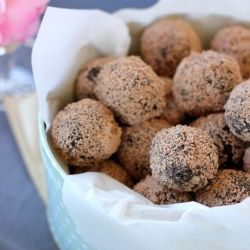 Easy chocolate Oreo truffles with only 3 ingredients! Make these in 5 minutes.