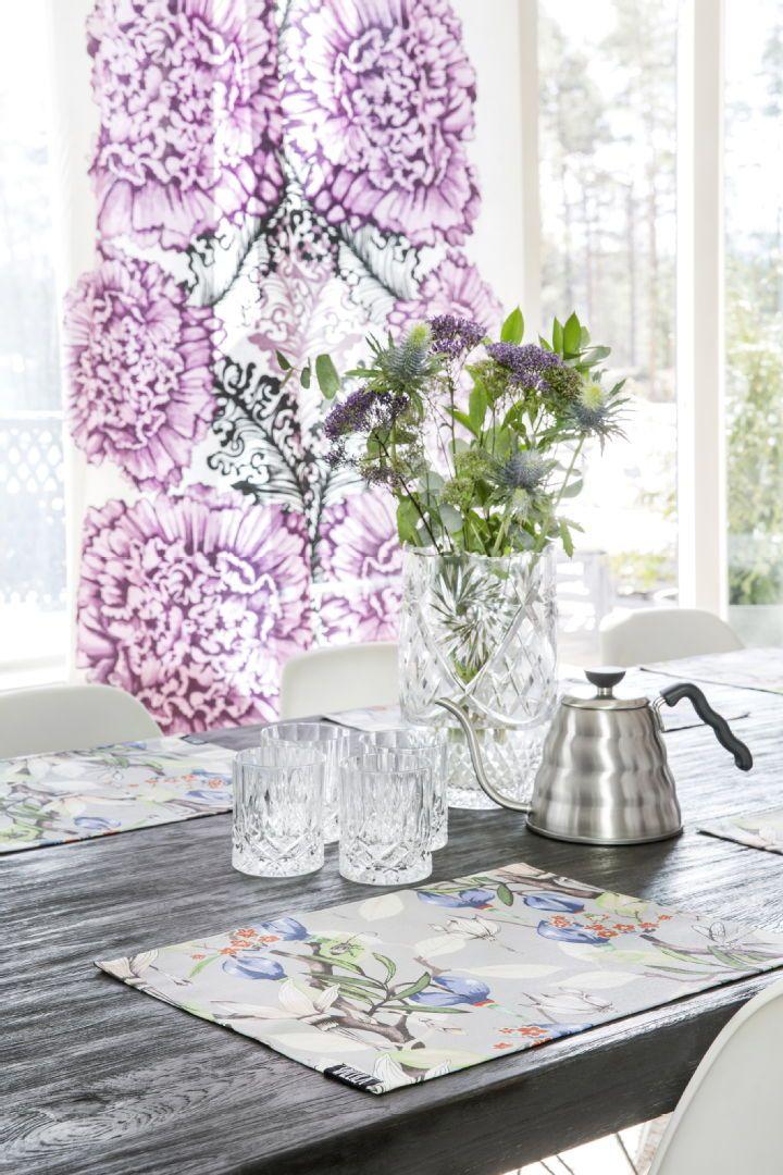 Gaala-valmisverhon röyhelömäinen kukkakuvio leviää symmetrisesti tuoden mieleen juhlasomisteet. Katso kuva, niin näet tuotetiedot paremmin.