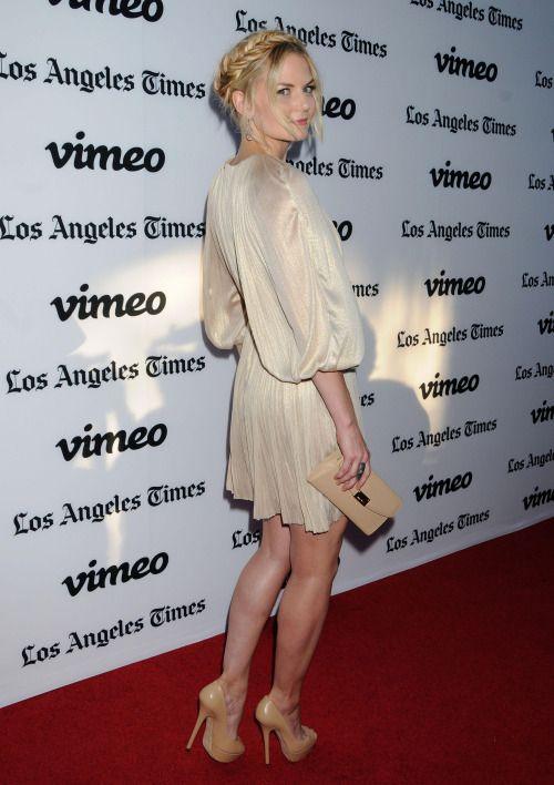 Jennifer Morrison zeigt ihre fabelhafte Gams in einem schönen Kleid und Nackt Pumpen aus