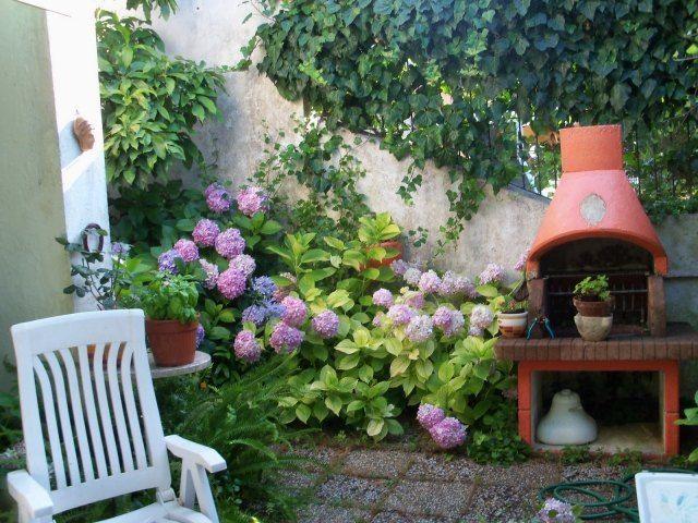 kleingarten ideen terrasse hortensien gartengrill efeu sichtschutz ...