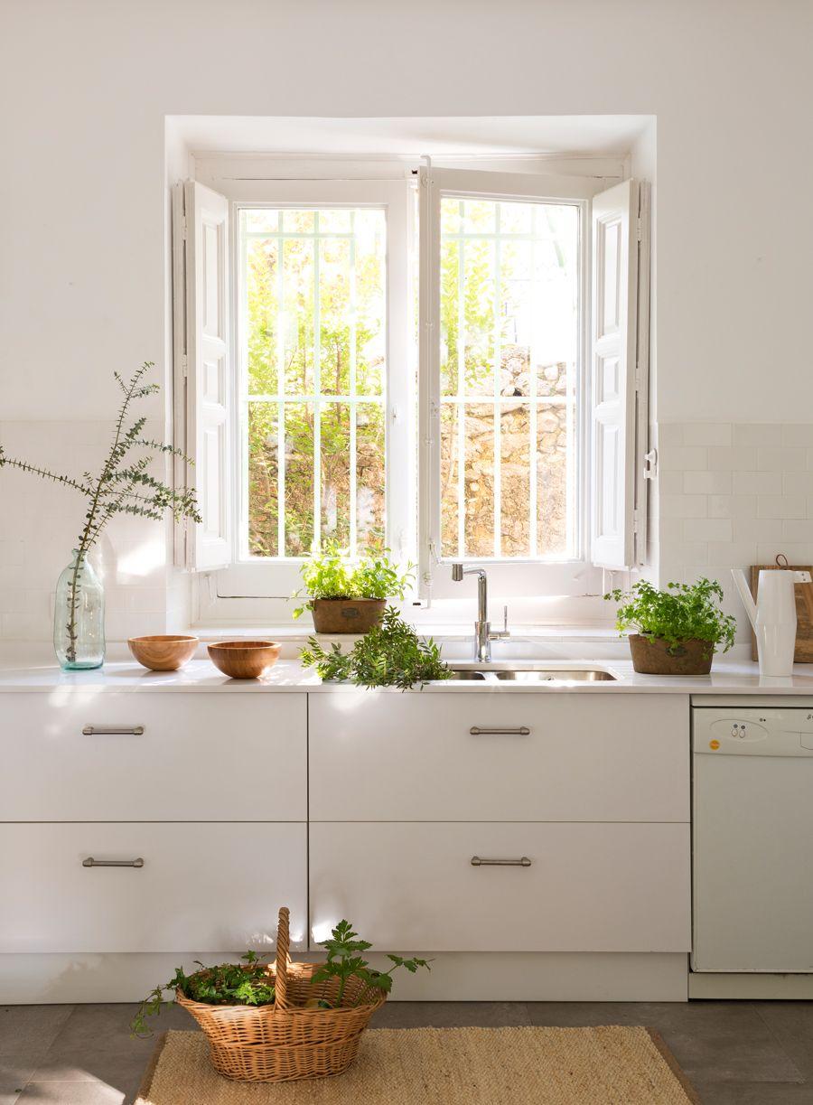 Cocina blanca con muebles de cocina con tiradores metálicos ...