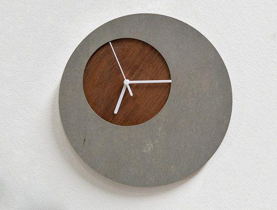 konkrete circle wanduhr mit h lzernen loch von. Black Bedroom Furniture Sets. Home Design Ideas