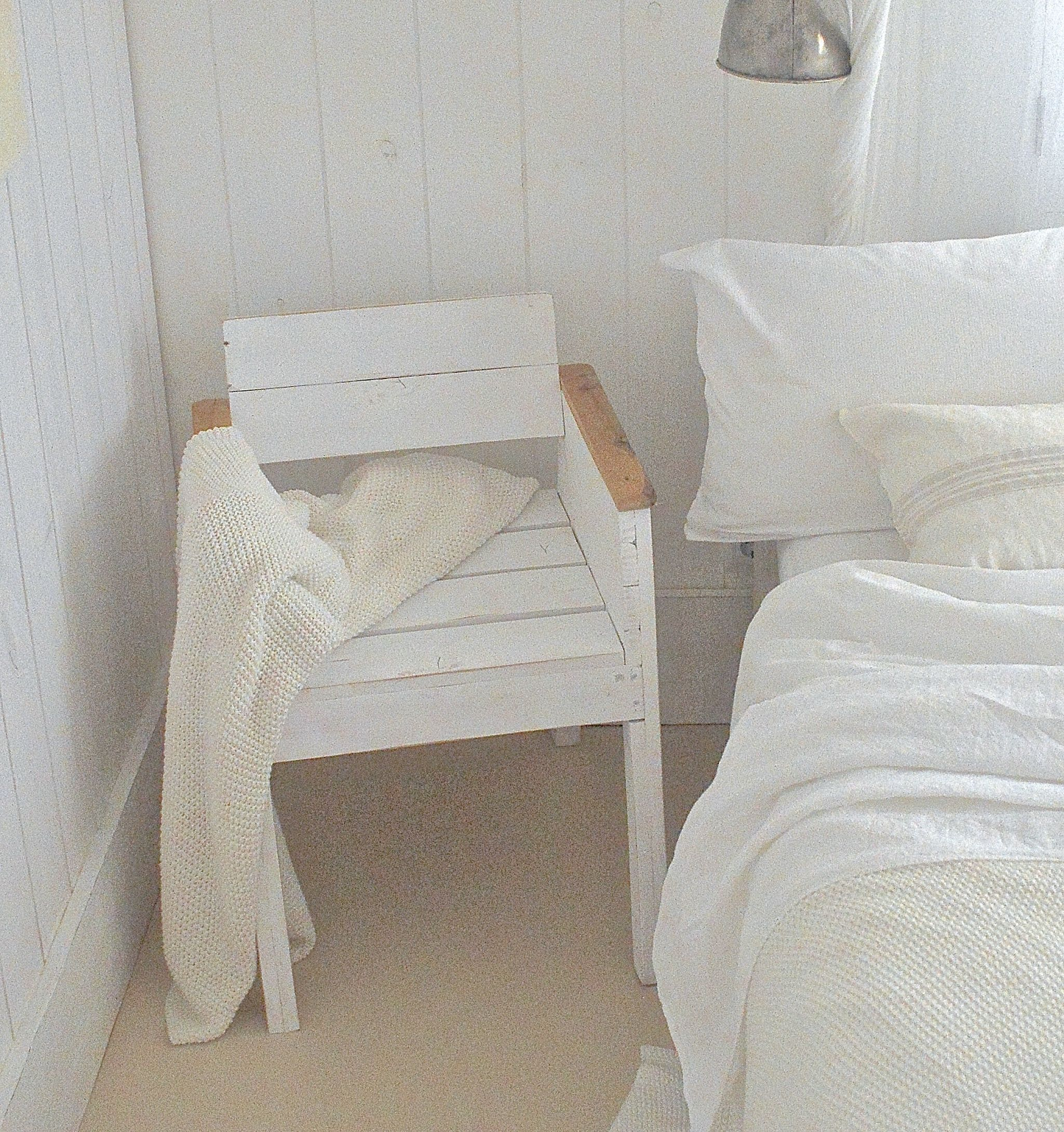 wei e einrichtung f r das schlafzimmer barefoot living by til schweiger m bel interior. Black Bedroom Furniture Sets. Home Design Ideas