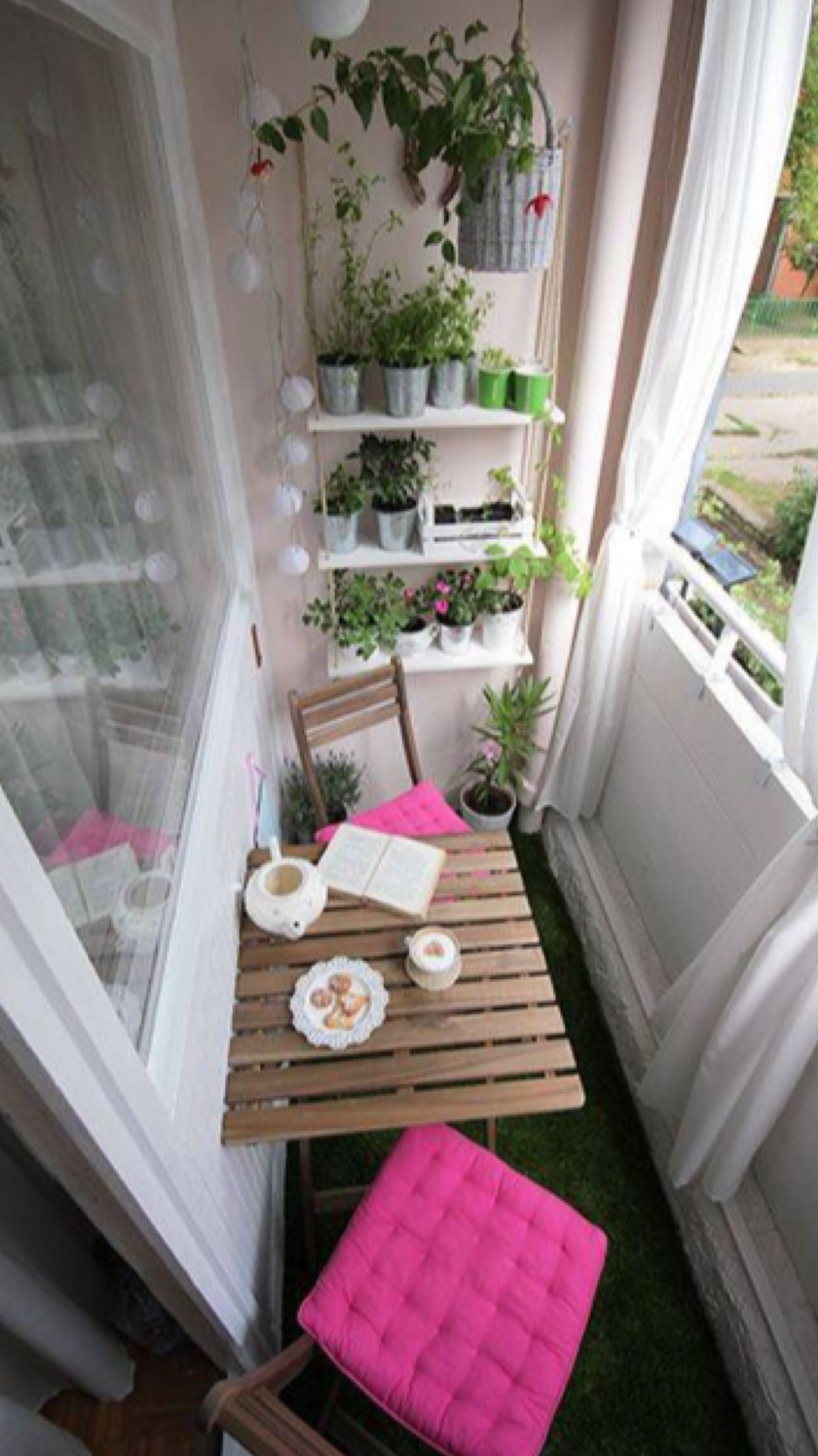 Cute Apartment Balcony: So Cute And Fun With The Pop Of Pink