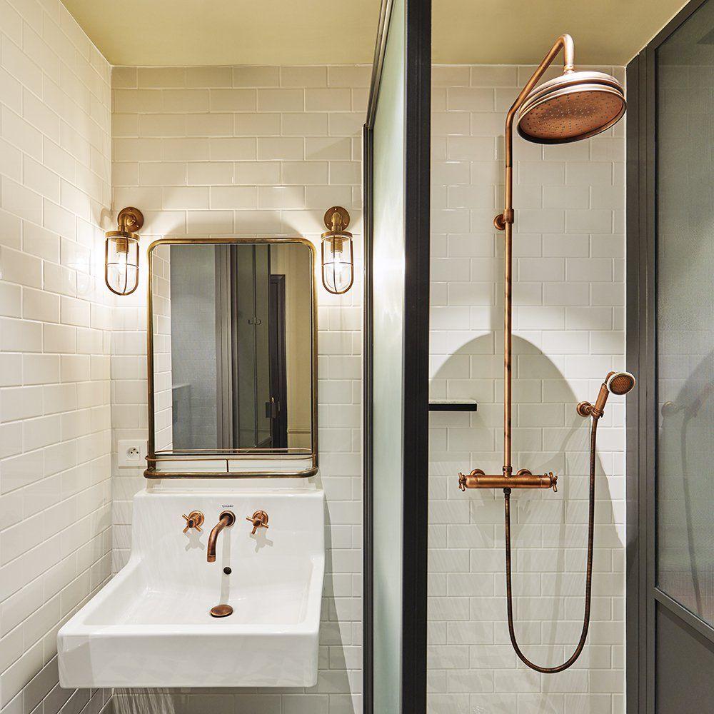 la salle de bains aux carreaux blanc et robinetterie en cuivre rose nous fait voyager dans le. Black Bedroom Furniture Sets. Home Design Ideas
